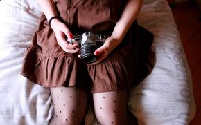 Картинка девушка, фон, обои, настроения, горошек, руки, платье, брюнетка, фотоаппарат, колготки, коричневое, ногти, wallpapers, лак