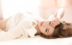 Картинка девушка, ресницы, волосы, тату, лежит, рубашка, азиатка, жест
