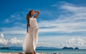 Картинка море, небо, девушка, солнце, облака, пейзаж, платье, шатенка, стоит, в белом, на берегу
