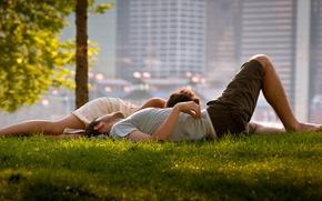 Картинка 2560x1440, утро, мужчины, отношения, парни, семья, настроение, америка, женщина, женщины, жена, пара, муж, лето, трава, ...