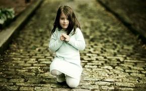 Обои дорога, девушка, радость, счастье, дети, девушки, настроение, улица, девочки, платье, девочка, малыши, ребёнок, улицы, детишки, ...