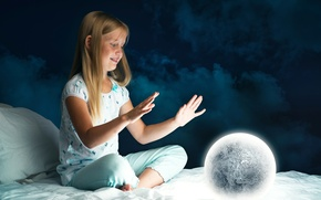 Картинка ночь, луна, кровать, шар, ребенок, руки, девочка, Bed, Hands, Little girls