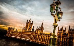 Картинка небо, тучи, город, река, Англия, Лондон, вечер, фонарь, Великобритания, Темза, Вестминстерский дворец, London, England, Thames, ...