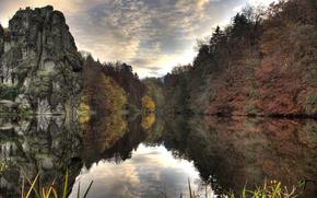 Обои озеро, скала, деревья, вода, осень