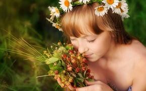 Обои лето, радость, счастье, детство, ромашки, девочка, венок, аромат, ладони, блаженство, луговая клубника