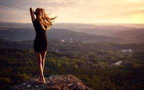 Картинка вид, девушка, платье, камень, ветер, ножки, высота