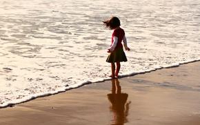 Картинка песок, море, пляж, лето, вода, дети, фон, обои, настроения, волна, ребенок, малыш, брюнетка, девочка, малышка, …