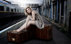 Картинка девушка, вокзал, чемоданы, Laura
