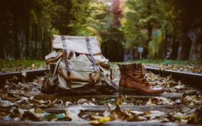 Обои сапоги, рюкзак, рельсы, шпалы, листья