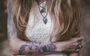 Картинка девушка, волосы, тату, кулон, татуировка, локоны, подвеска