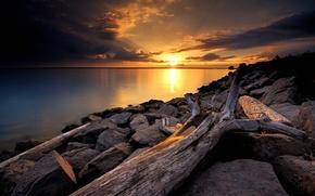 Картинка небо, солнце, облака, закат, озеро, камни, дерево