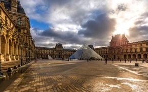 Картинка облака, фонари, королевский дворец, стеклянная пирамида, музей, двор, Париж, Франция, небо, Лувр
