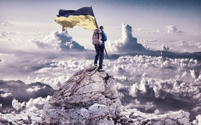 Картинка небо, патриотизм, человек с флагом, скалистая вершина