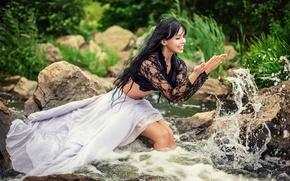 Картинка девушка, радость, брызги, река