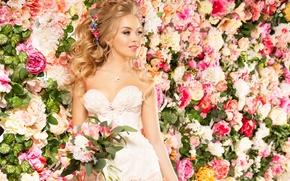 Картинка девушка, украшения, цветы, улыбка, розы, платье, невеста, flowers, Roses, bride, Jewelry, Eustoma