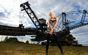 Картинка небо, техника, руки, блондинка, латекс, Susan Wayland, железо, sky, blonde, hands, iron, machinery, latex