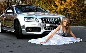 Обои машина, авто, осень, девушка, audi, белое, листва, платье, блондинка, красавица, красивая, сидит, хром, блестящая