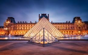 Картинка город, Франция, Париж, вечер, Лувр, освещение, подсветка, площадь, пирамида, фонтан, Paris, музей, архитектура, сумерки, France, ...