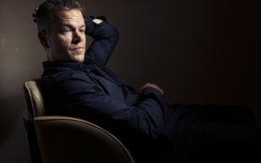 Картинка фотограф, актер, сидит, Мэтт Дэймон, фотосессия, в кресле, Matt Damon, для фильма, Toronto International Film …