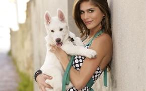 Картинка взгляд, девушка, улыбка, дом, стена, улица, волосы, собака, платье, щенок, браслет, красивая, сережки, Anahi Gonzales
