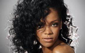 Картинка глаза, взгляд, фон, волосы, певица, Rihanna, кудри
