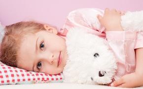 Обои девочка, плюшевый мишка, ребёнок, игрушка, взгляд, подушка, пижама, сероглазая, светловолосая