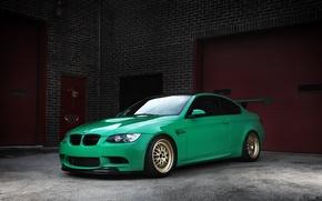 Картинка green, bmw, бмв, ворота, зелёный, wheels, e92, антикрыло, кирпичные стены