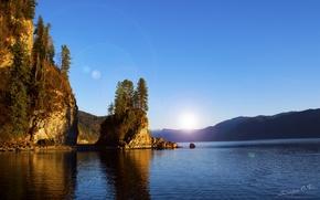 Картинка вода, солнце, деревья, горы, озеро, река, скалы, луч, блик, Алтай, горный Алтай, республика Алтай