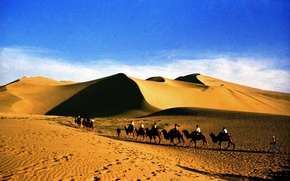 Картинка песок, пейзаж, барханы, пустыня, караван, туристы, Судан