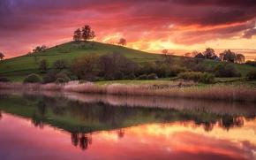 Картинка небо, трава, вода, деревья, закат, отражение, река, холм, домики