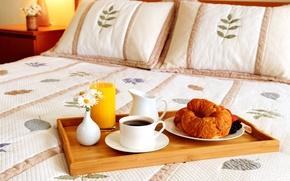 Картинка цветы, ягоды, кофе, подушки, сок, кружка, постель, ваза, поднос, круассаны, графин