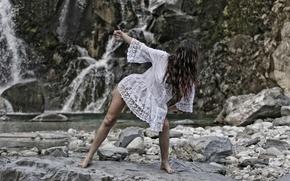 Картинка девушка, камни, танец, горная река