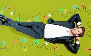 Обои фон, фотошоп, фотограф, костюм, актер, лежит, гирлянда, лампочки, на полу, фотосессия, новогодняя, Крис Хемсворт, Chris ...