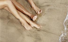 Картинка песок, вода, берег, две пары ног