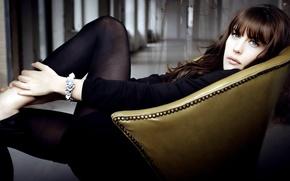 Картинка девушка, кресло, Лив Тайлер