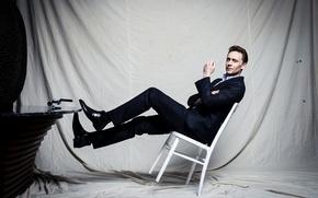 Картинка взгляд, стул, костюм, актер, мужчина, Tom Hiddleston, Том Хиддлстон