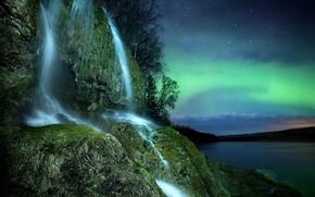 Картинка небо, звезды, деревья, ночь, природа, скала, река, водопад, Северное сияние