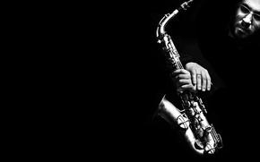 Обои Саксофон, мужчина.руки, ч/б, лицо, чёрный фон, чёрнобелое, музыкальный инструмент, Saxophone