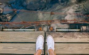 Картинка мост, река, ноги, вид, обувь, кеды, сверху, мостик, ракурс