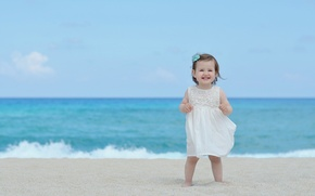 Картинка песок, море, пляж, лето, небо, дети, улыбка, фон, widescreen, обои, настроения, волна, ребенок, платье, девочка, …