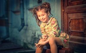 Картинка платье, дверь, девочка, чемодан