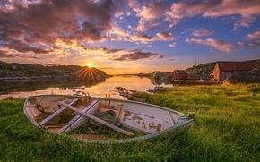 Картинка небо, трава, облака, камни, берег, побережье, лодка, бухта, Норвегия, домики, лучи солнца