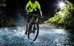 Картинка Вода, Ночь, Брызги, Велосипед, Мужчина, ШлемСпорт