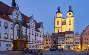 Обои церквь, Виттенберг, старая ратуша, Германия, дома, люди, огни, вечер, рыночная площадь, Саксония-Анхальт