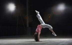 Обои девушка, поза, фон, движение, гибкость, обои, спорт, танец, брюнетка, зал, dance, сальто, спортзал, трудно