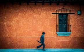 Обои шляпа, окно, стена, тротуар, зонт, крыша, старик, ходьба