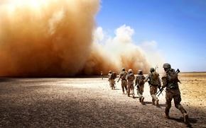 Картинка солдаты, буря, пыль, пустыня, поход
