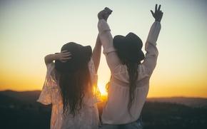 Обои дружба, девушки, шляпы, подруги, закат