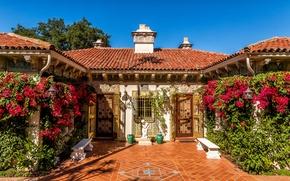 Картинка небо, солнце, цветы, дизайн, двери, фонари, Калифорния, статуя, США, кусты, Hearst Castle, лавочки