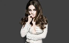 Картинка взгляд, актриса, брюнетка, серый фон, локоны, Mila Kunis, Мила Кунис, actress